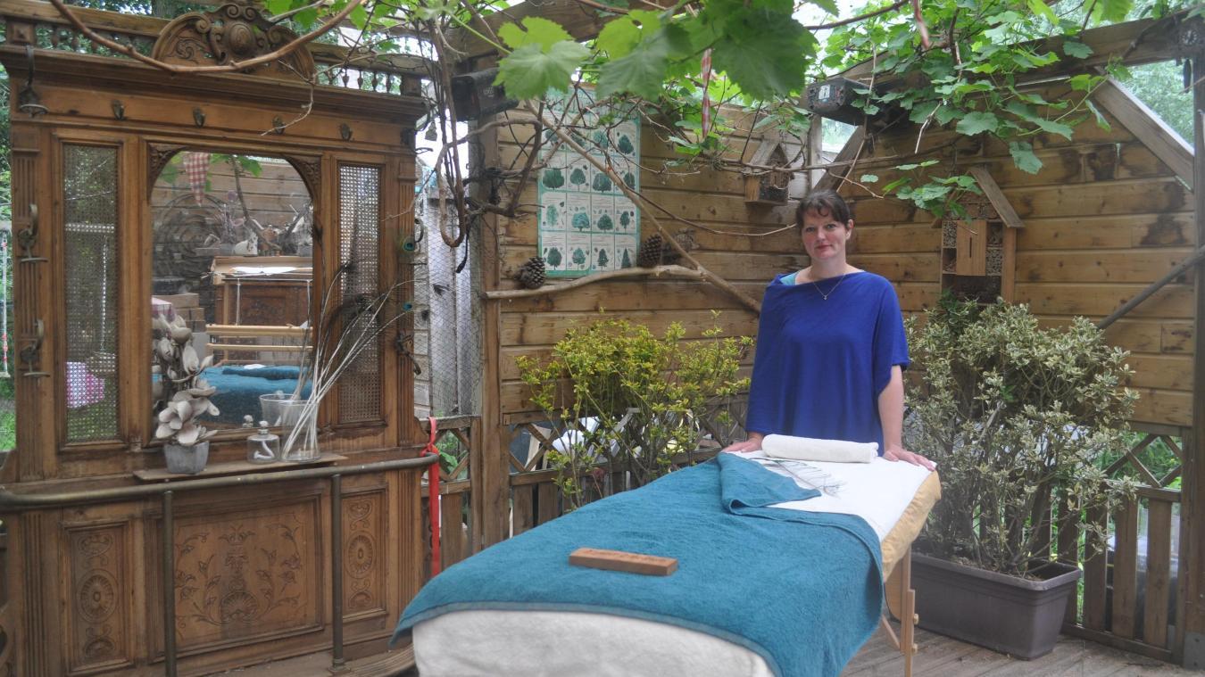 Maud Zoonekynd devant sa table de massage, installée exceptionnellement à l'abri en raison du mauvais temps.