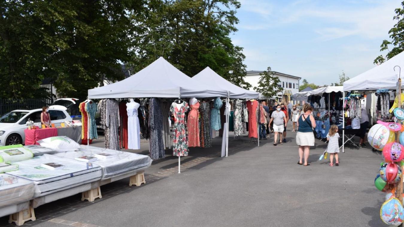 Une vue du marché estival, qui se déroule sur la place des Marronniers et non plus sur la place De Gaulle.