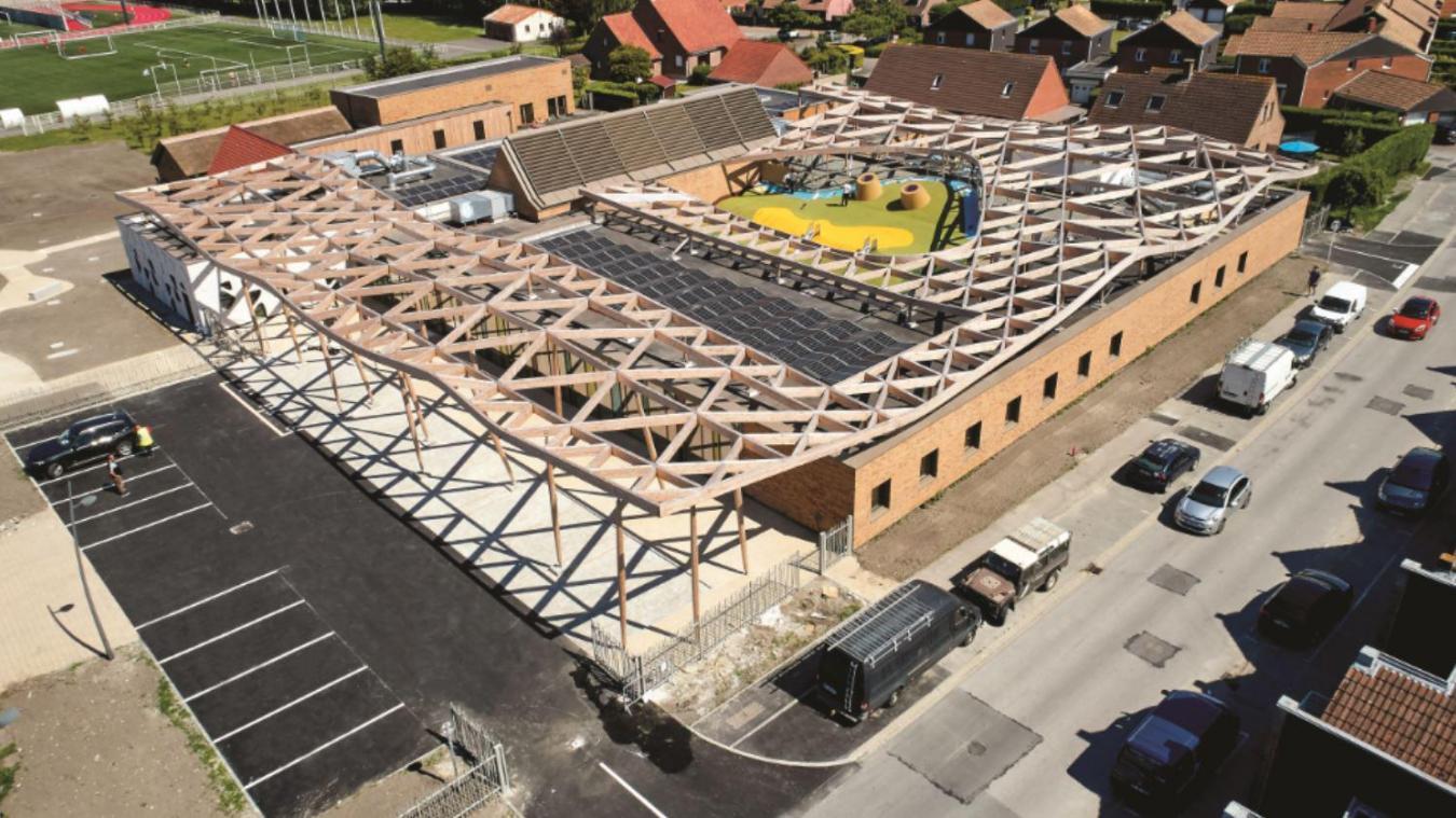 La vue aérienne de la Maison de l'enfance et de la famille, située 1 place Simone-Vampouille, donne encore plus une dimension gigantesque à cet équipement. Ville Loon-Plage - Studio Mallevaey