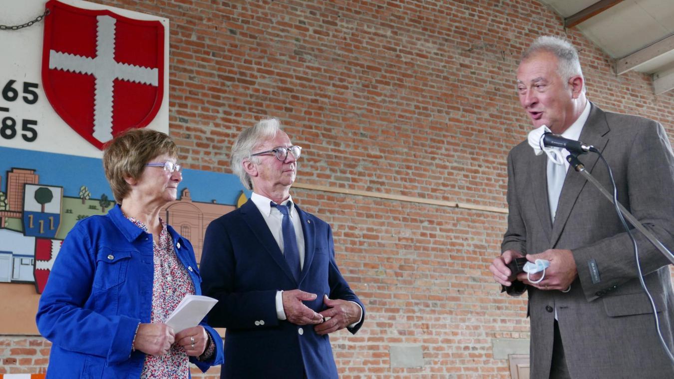 Joël Devos et Annick Broïon, adjointe aux affaires scolaires, ont remis la Médaille de la commune au nouveau retraité.