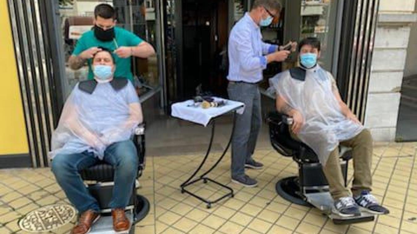 Nicolas Roches a coiffé ses clients à l'extérieur durant la coupure.