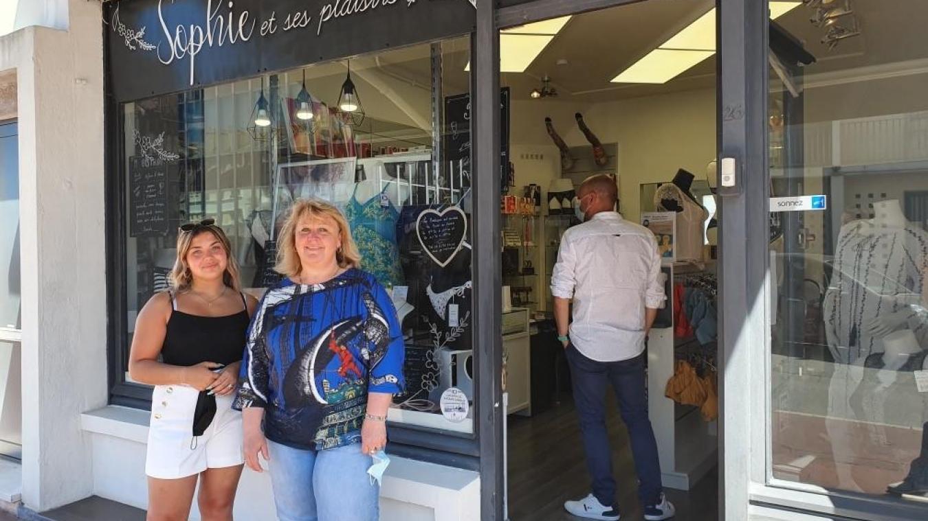 Sophie Legrand, gérante de la boutique  Sophie et ses plaisirs  (à droite), a pris Océane Fauquet sous son aile.