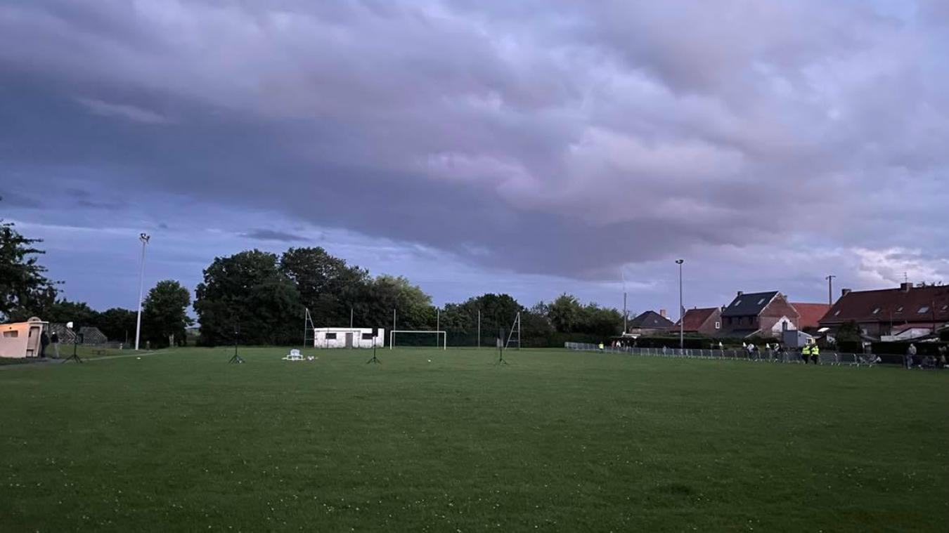 La pelouse du terrain de football a été scarifiée.