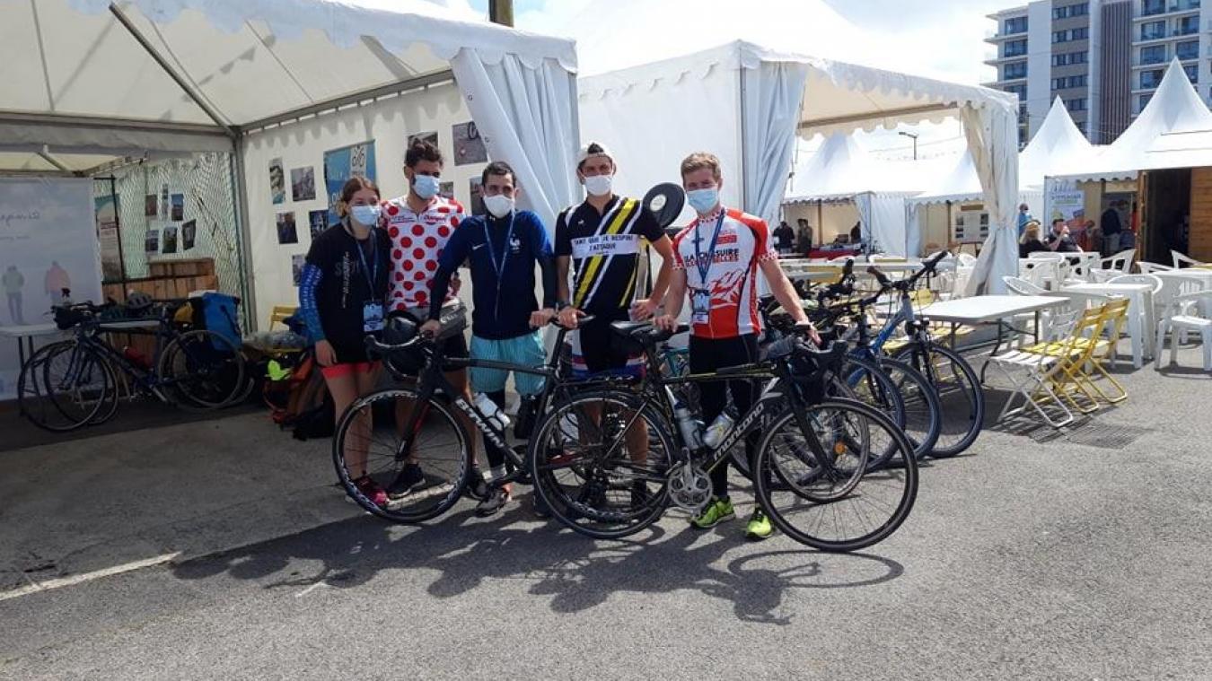 Une partie des cyclistes du projet VélomariTeam devant le stand Cycleco.