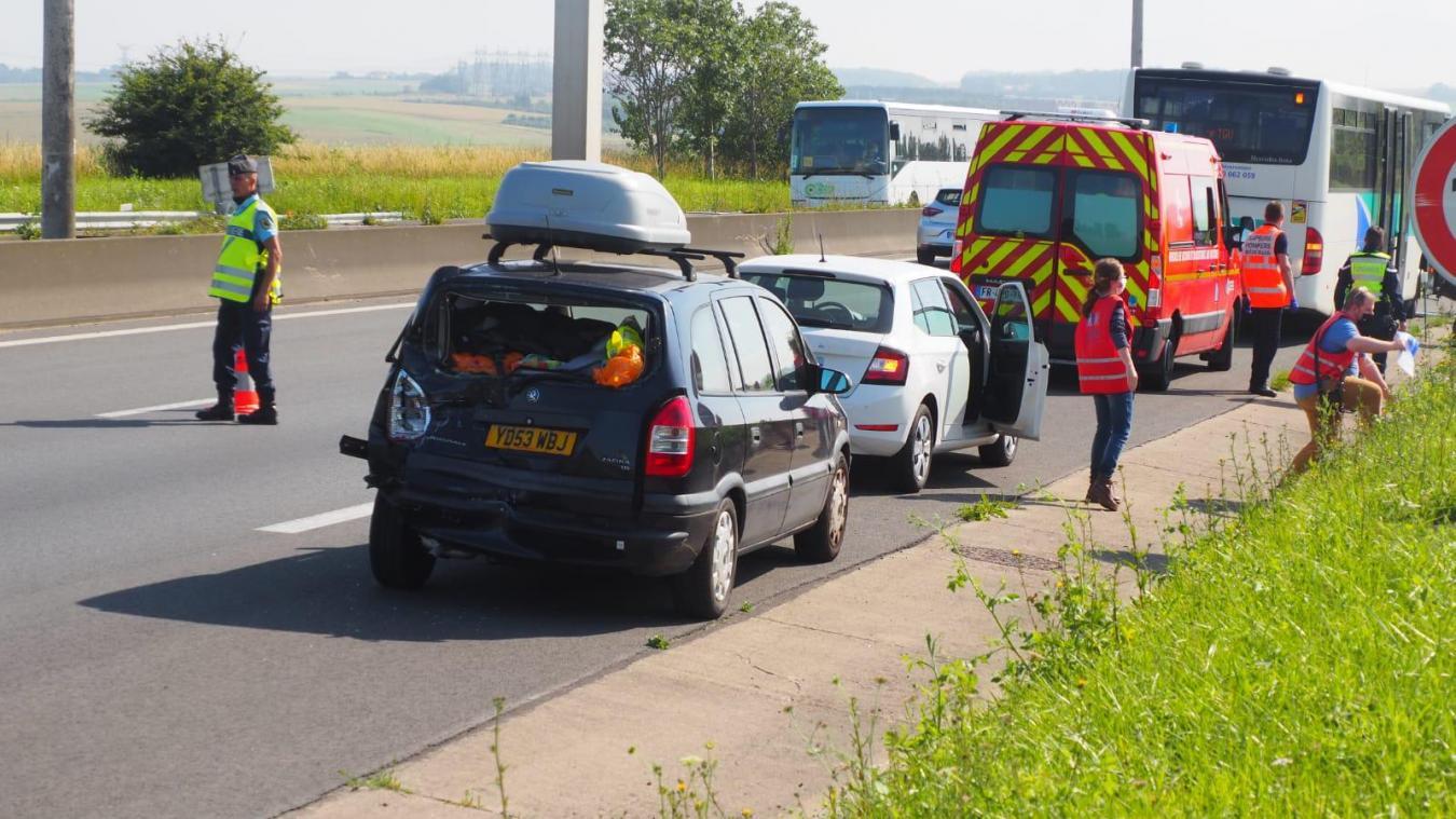 C'est la voiture anglaise qui a le plus souffert, mais les automobilistes impliqués s'en sortent bien.