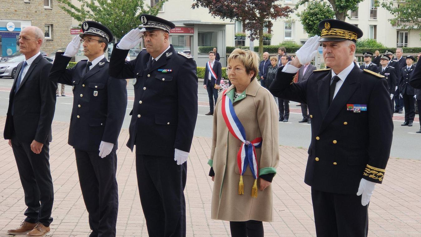 Le préfet Louis Le France (à droite) et Natacha Bouchart, maire de Calais, ont participé à la cérémonie. © Twitter police nationale 62