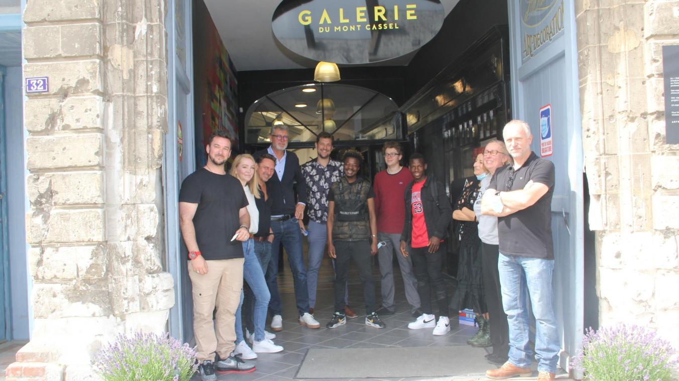 Le collectif de La Galerie du Mont Cassel réuni le 26 juin, jour de l'ouverture.