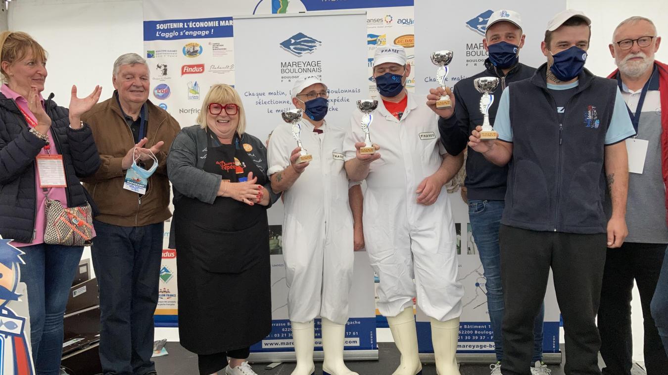Antoine Couvelard est le vainqueur du concours de filetage de hareng de la Fête de la mer.