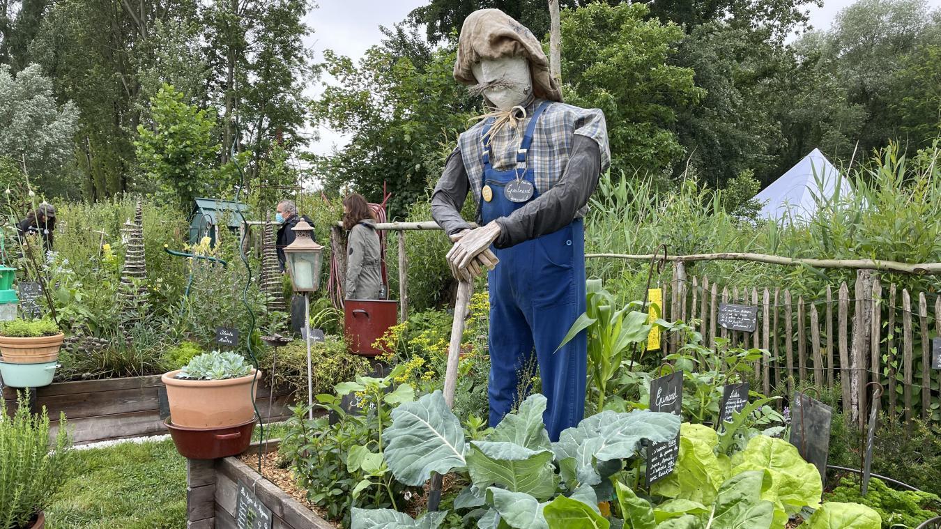 À l'entrée du jardin, un épouvantail surveille la pousse des légumes.