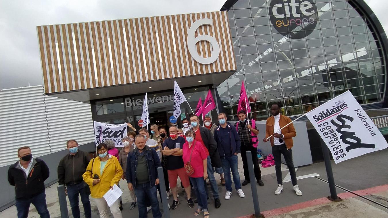 Les syndicalistes accompagnés de la sénatrice (en manteau jaune) se sont rassemblés devant l'entrée de Cité Europe.
