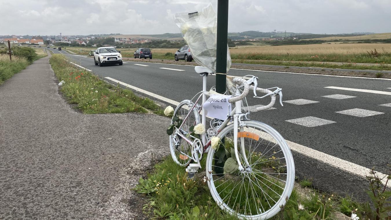 Un vélo blanc ainsi que des fleurs ont été déposés à l'endroit de l'accident.