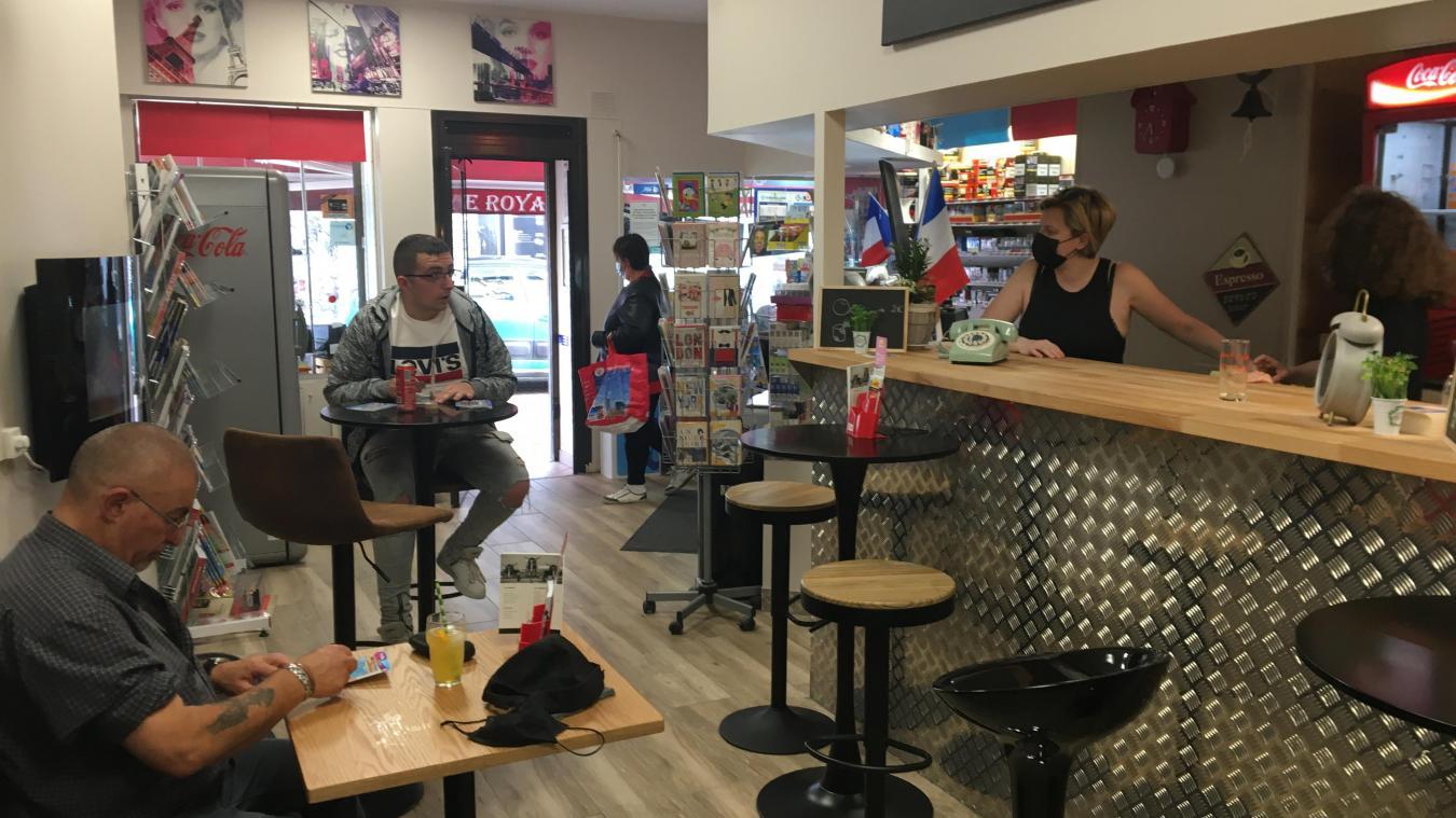 Des tables restent à disposition des clients pour gratter confortablement leurs tickets.