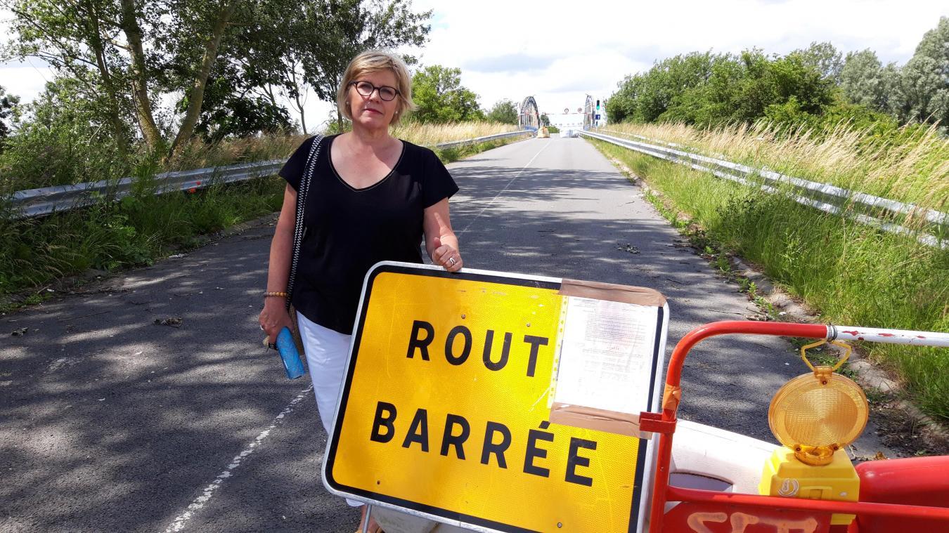 Chantal Traisnel et les habitants de Looberghe militent pour la réouverture du pont aux véhicules légers.