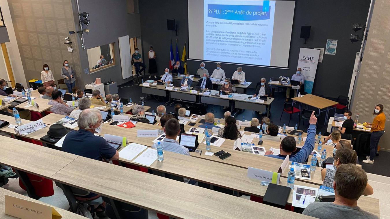 Pour le vote de l'arrêt du projet Plui, il n'y a eu qu'un seul votre contre : celui du maire de Quaëdypre, Jean-Claude Dekeister (en bleu, doigt levé).