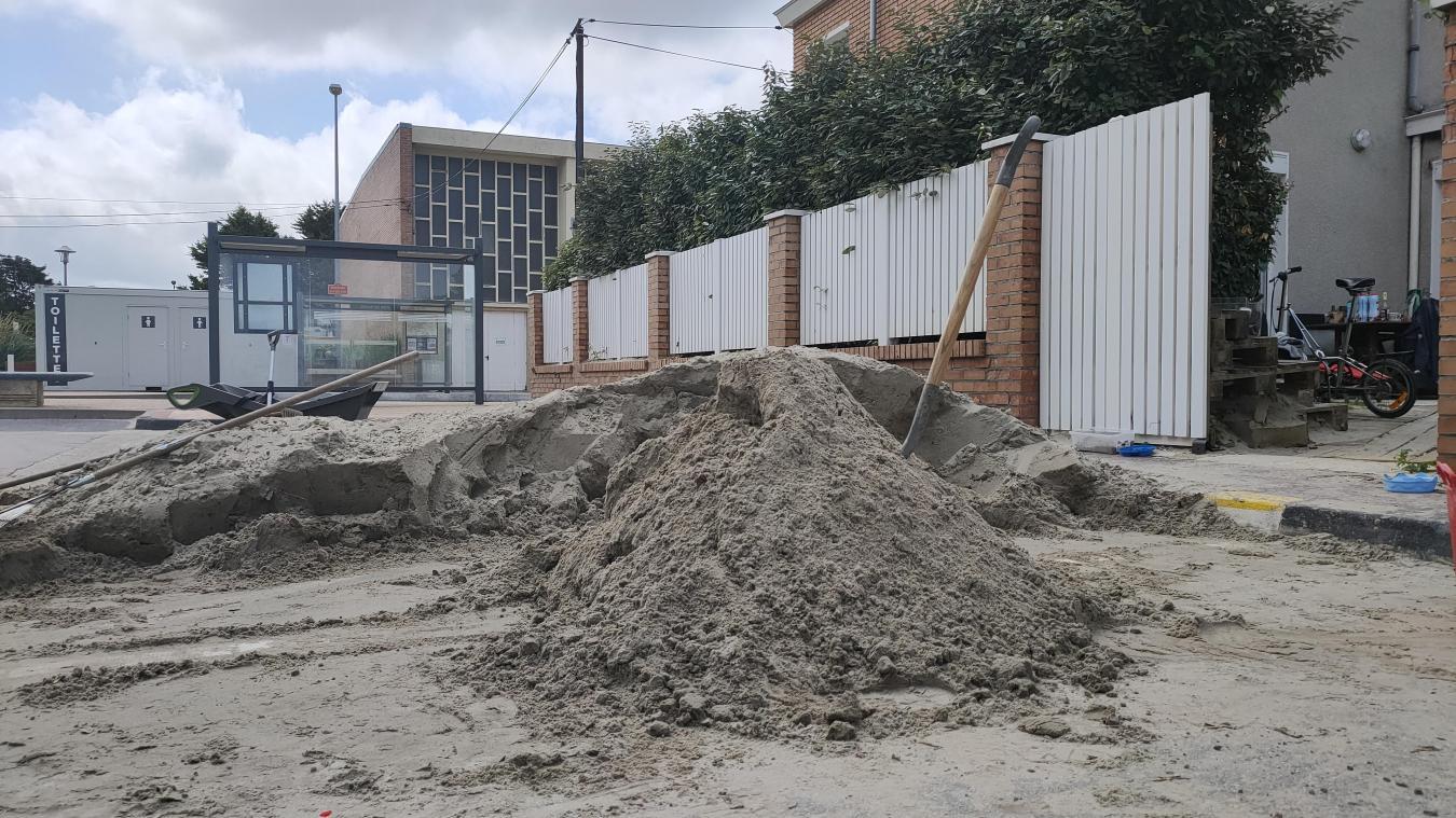 Le sable a été méticuleusement trié à la main, pour être débarrassé des résidus végétaux, avant d'être déposé sur la plage.