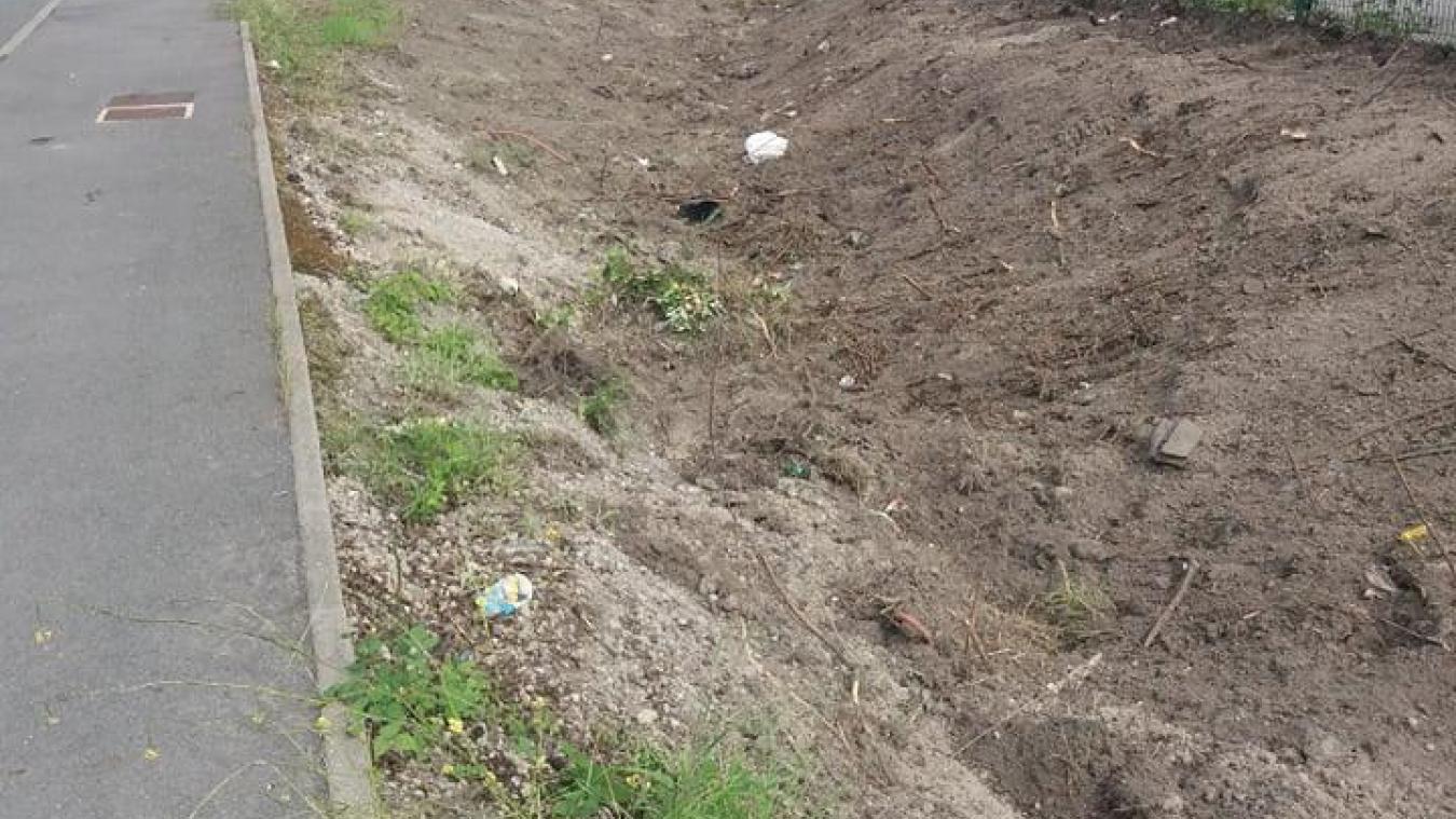 La zone ressemble désormais à une friche. La Municipalité va ré-engazonner le mois prochain, avant de fleurir.