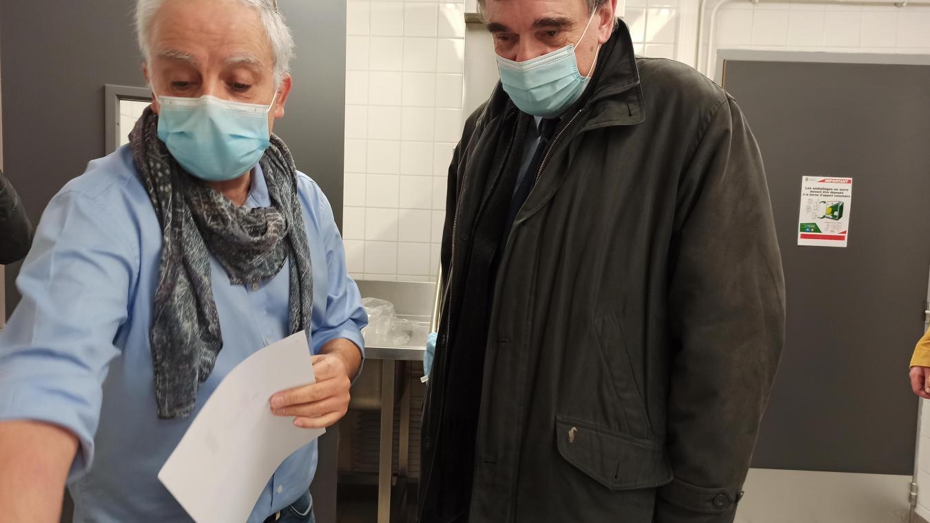 Jean-François Raffy, à droite, a dû se résoudre à fermer le centre de vaccination de Vimy.