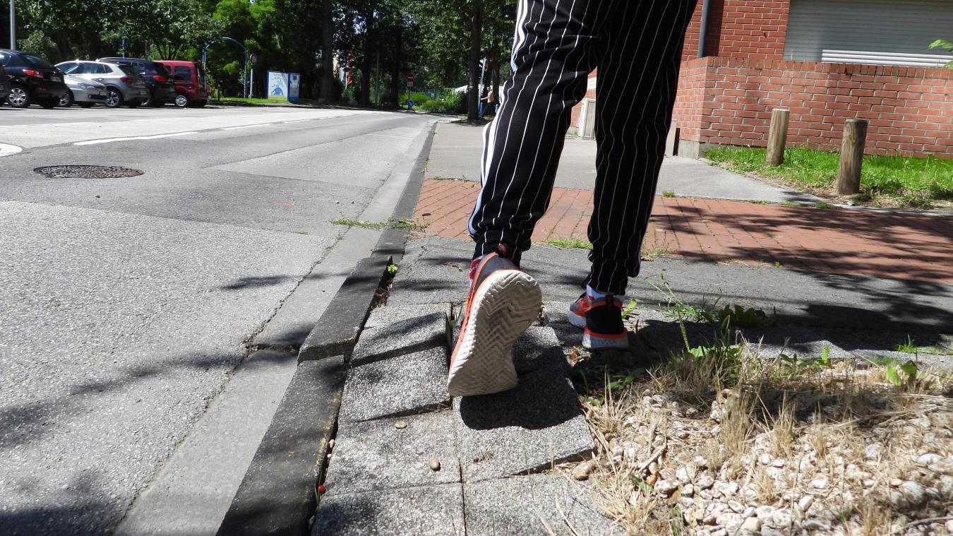 Comme sur la photo, les trottoirs sont de moins en moins conformes et empêchent les habitants de circuler normalement.