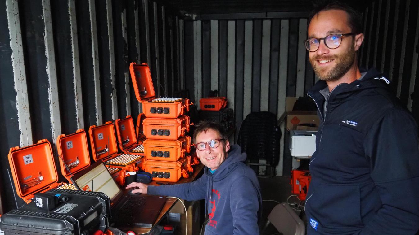 Pierre de Mequenem (assis, à gauche) a conçu le feu d'artifice qui illuminera la plage ce soir. Chaque boîte orange contient le séquençage d'un pas de tir, la boîte noire centralise les séquences de l'ensemble. A droite, notre guide, Paul Asmiet.