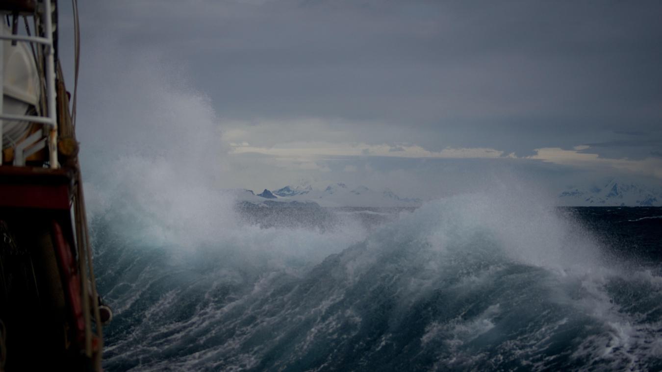 Le 6 juillet, sur la côte du Sussex de l'Est, à Newhaven, lors d'une tempête, le visage du dieu de la mer a été capturé par le photographe de la BBC Jeff Overs