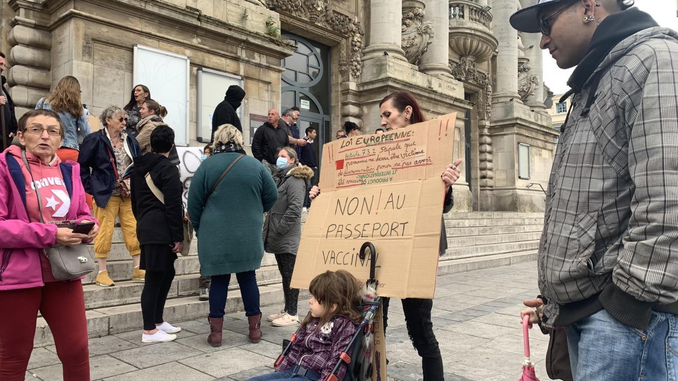 Calais: une centaine de personnes rassemblées devant le théâtre pour protester contre les annonces du gouvernement