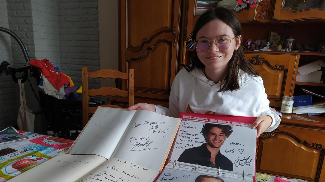 Amandine regroupe ses innombrables autographes dans des albums et livres d'or. Elle tient fièrement dans ses mains l'autographe d'un acteur qui n'en signe que rarement.