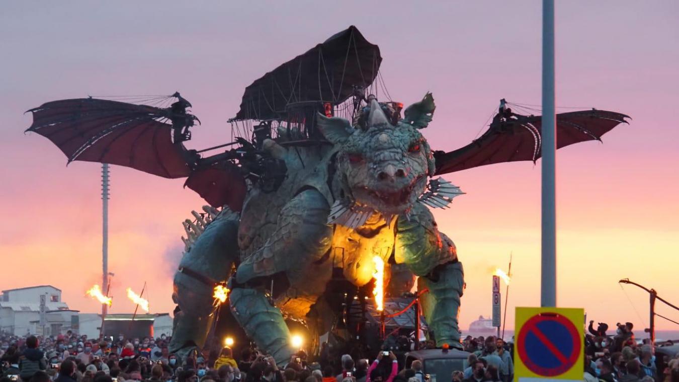 Calais: le Dragon se réveille en douceur devant des milliers de spectateurs (vidéo)