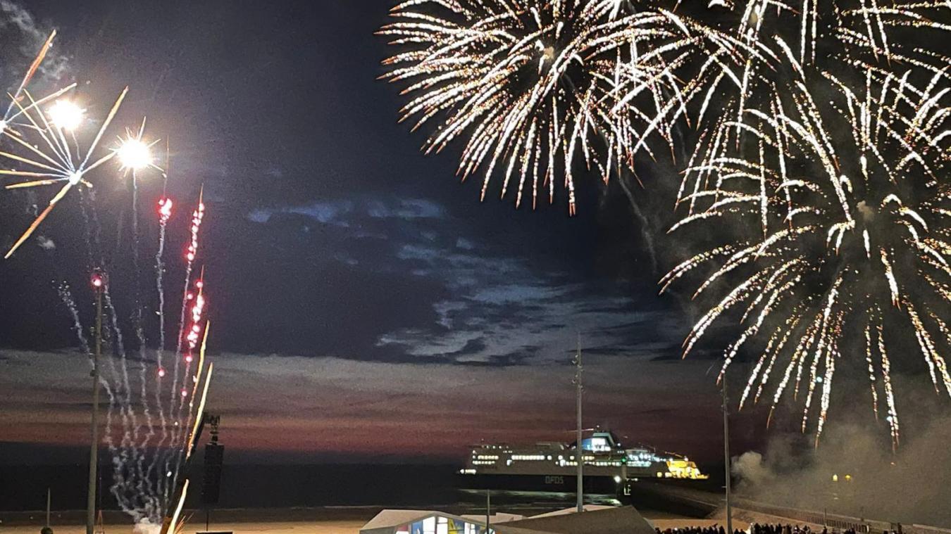 Calais: l'inauguration du front de mer se termine avec le show pyrotechnique sur la plage (vidéo)
