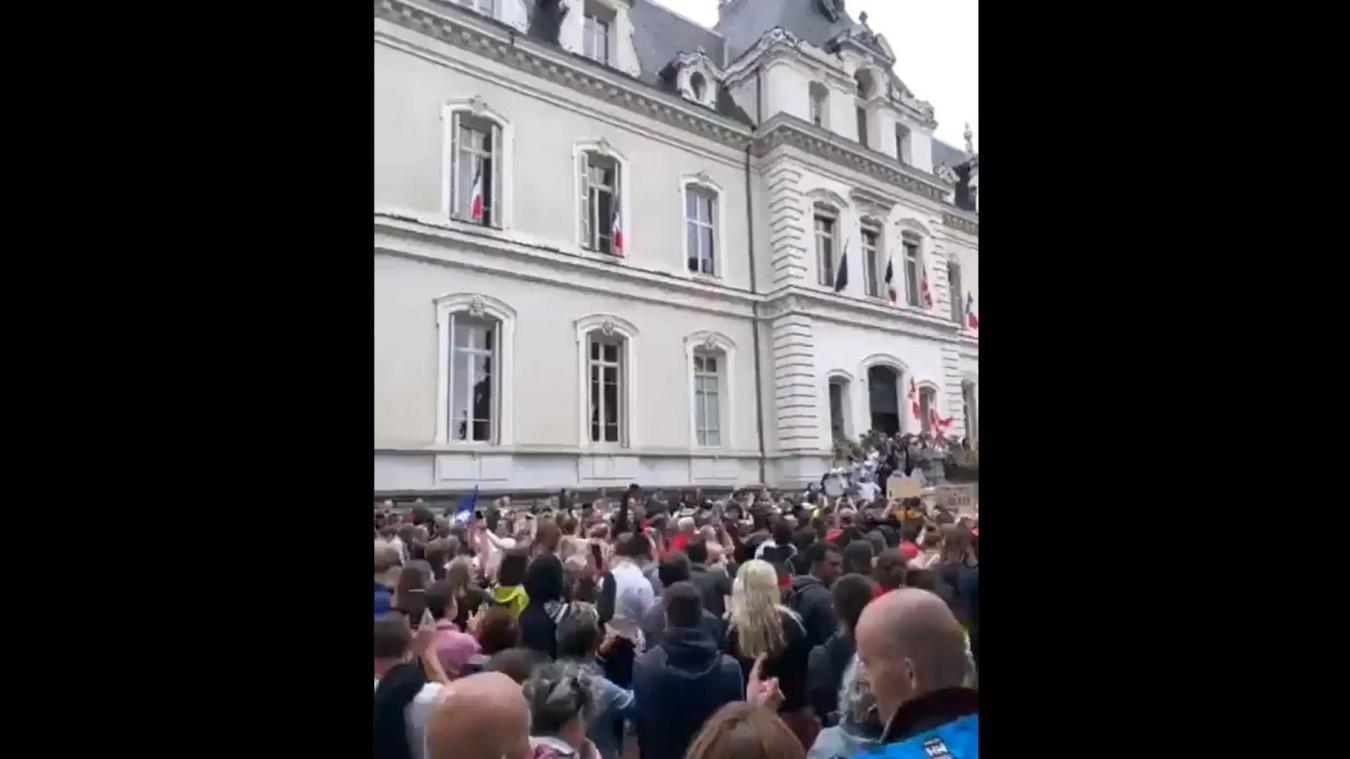 Des manifestants ont franchi les grilles de la préfecture de la Haute-Savoie