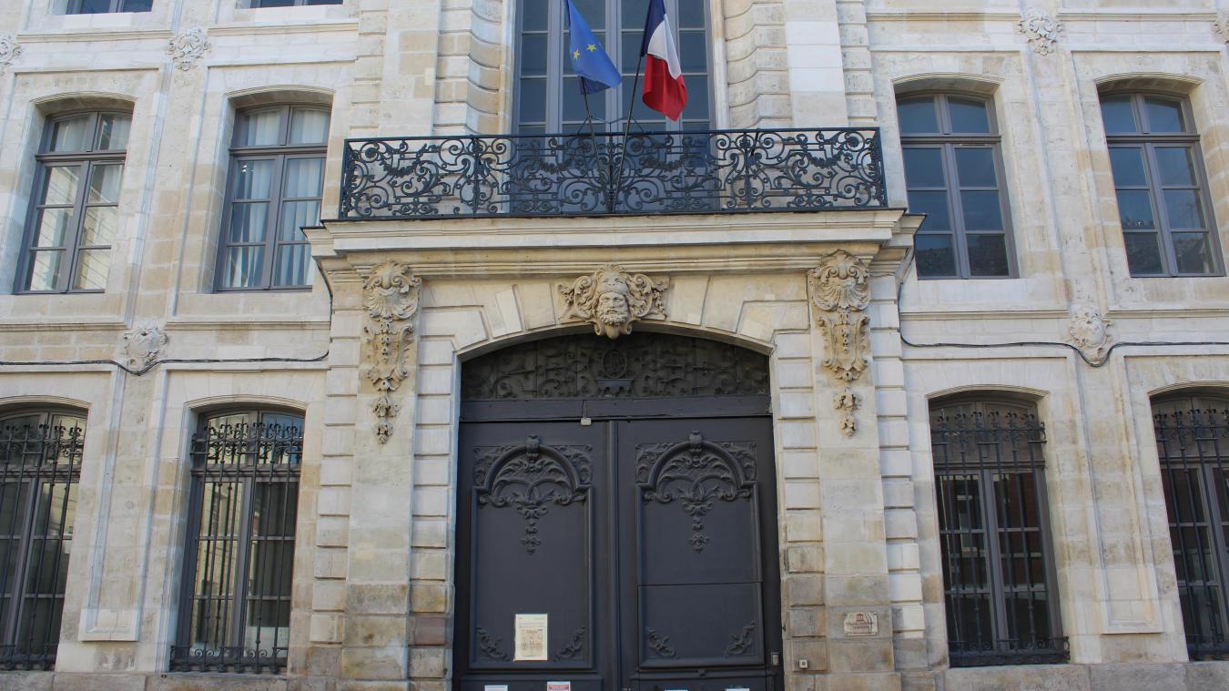 Dans le livre VII de Fantine (Les Misérables), le tribunal d'Arras est le théâtre d'un retournement de situation pour Jean Valjean.