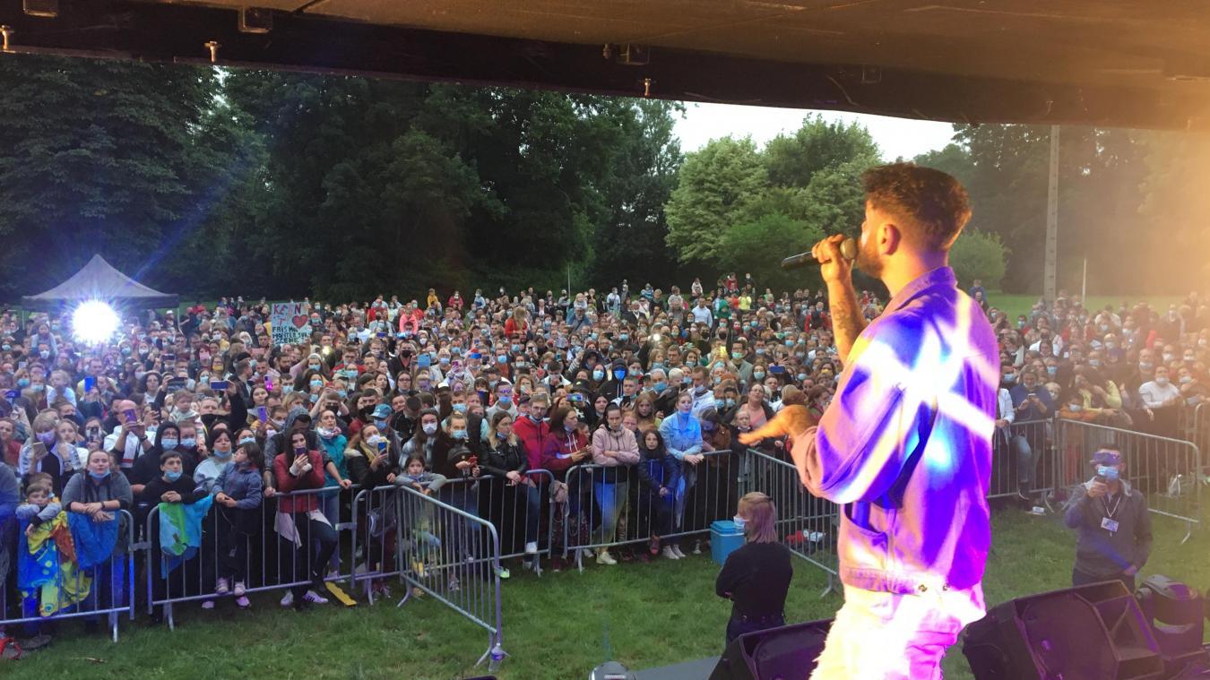 Le public, conaisseur, chantait avec Keen'V.