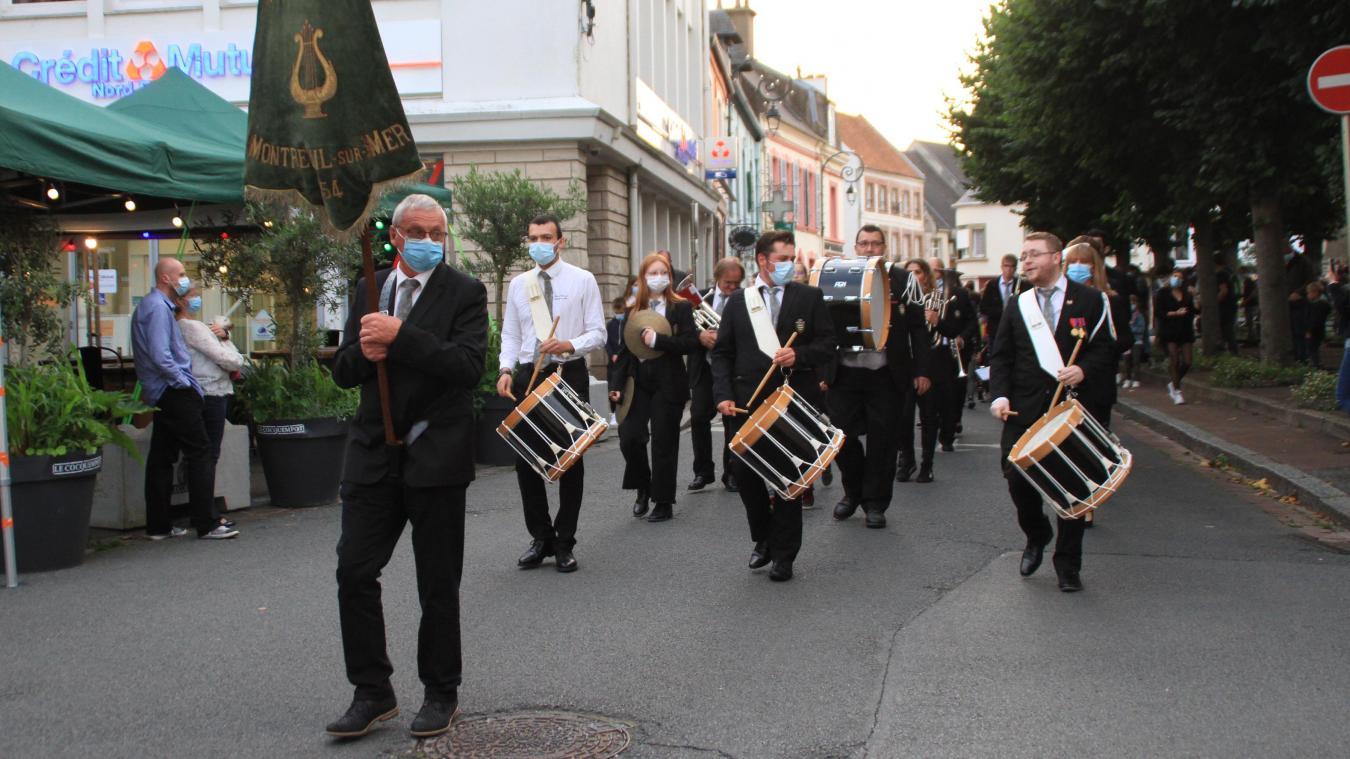 Mardi soir 13 juillet et avant de défiler, l'harmonie municipale de Montreuil-sur-Mer a offert un concert de 30 minutes.