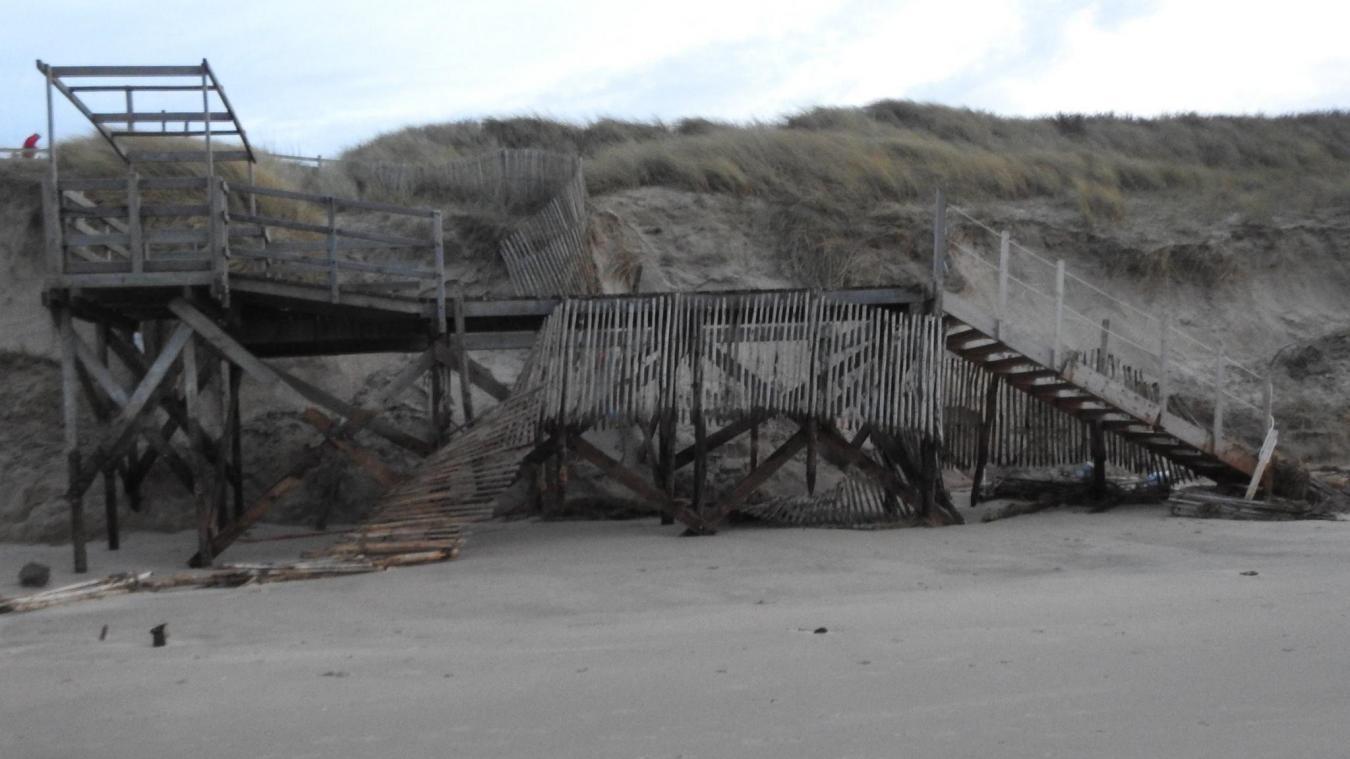 L'escalier de la plage des Escardines après le passage de la tempête Eleanor.