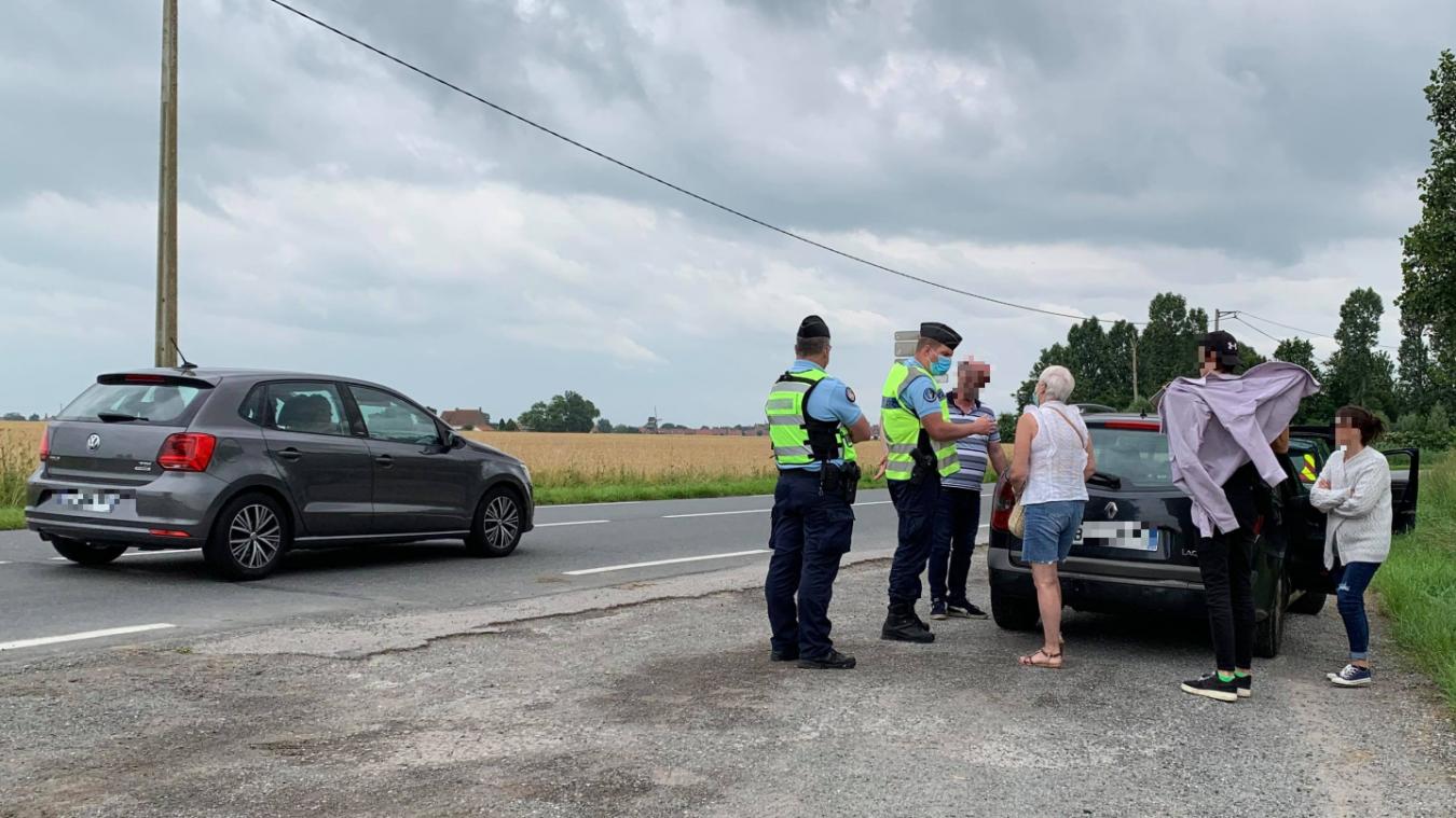 À Hondschoote, cette famille lilloise a dû appeler à la rescousse, leur véhicule ayant été immobilisé pour défaut d'assurance.