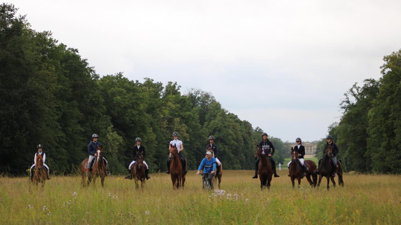 Les cavaliers du club de la Capelle-les-Boulogne devant le château de Compiègne.