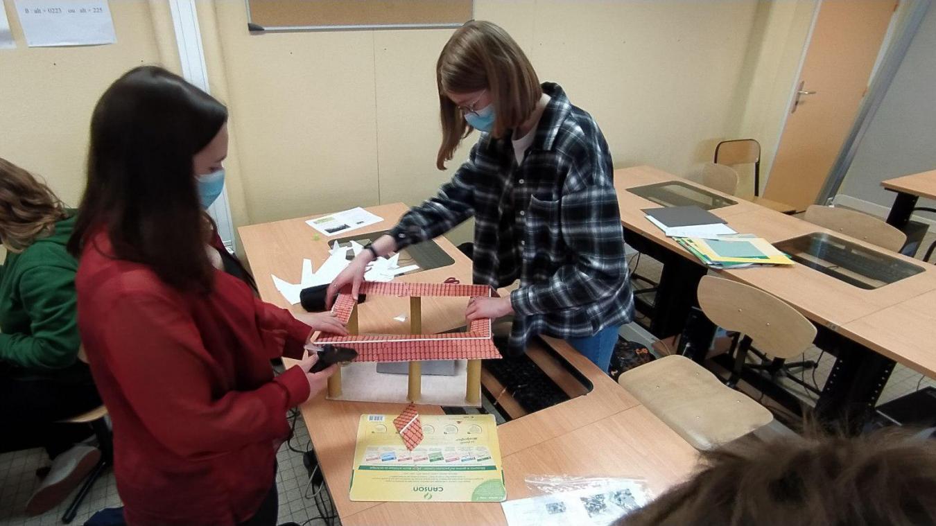 Les jeunes latinistes en pleine préparation du projet.