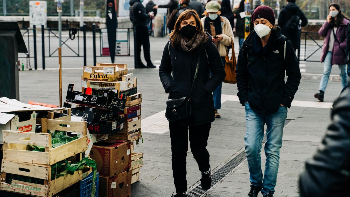 Le non-respect du port du masque dans les zones où il est obligatoire est sanctionné d'une amende de 135euros.