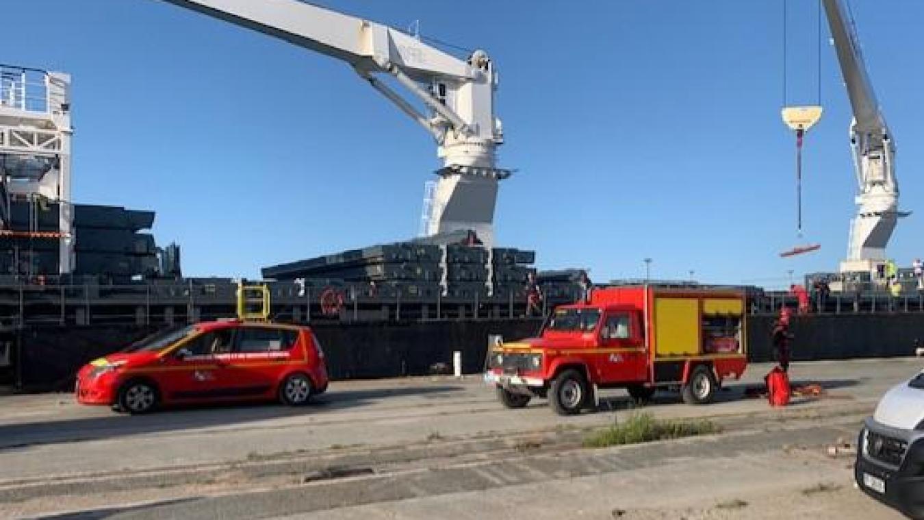 Les pompiers ont sorti la victime du navire sur une civière à l'aide de la grue à droite.