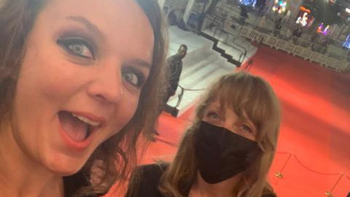 Sophie Rossignol (à gauche) en haut des marches du festival de Cannes, avec la cheffe coiffeuse/maquilleuse du film «Oranges Sanguines».