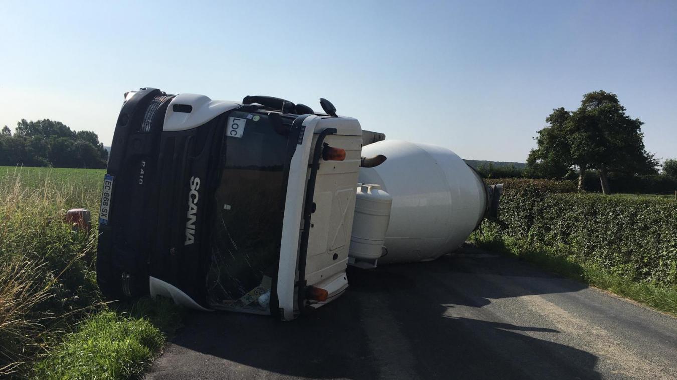 Zutkerque : un camion bloque la route après s'être retourné sur la chaussée