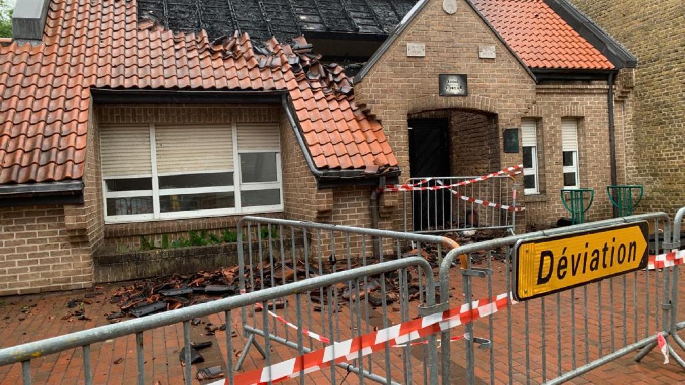 Le feu, allumé dans des poubelles, s'est répandu sur le bâtiment, causant des dégâts importants.