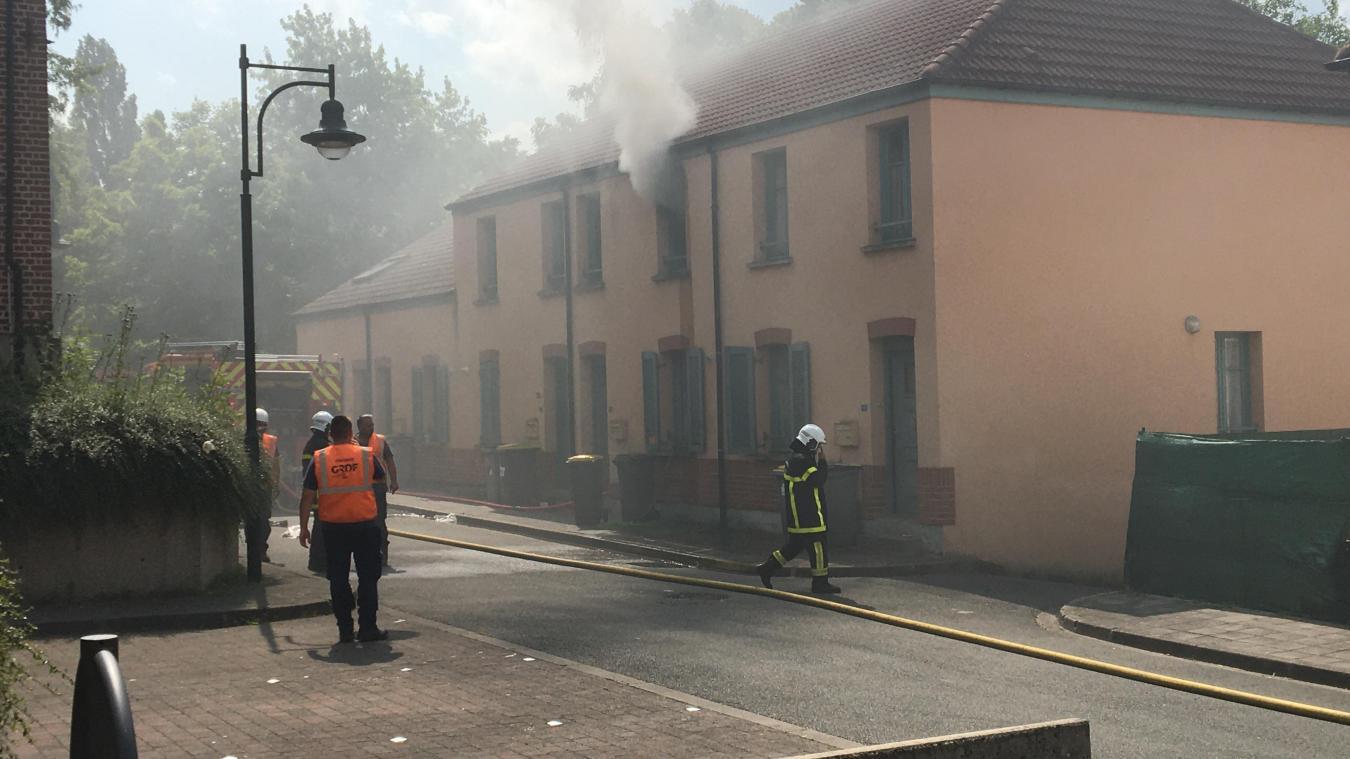 La fumée s'échappe de la chambre à l'étage, point de départ de l'incendie