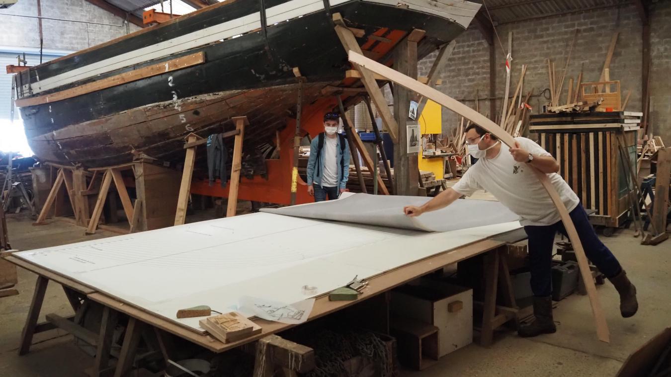 Xavier Maintenay dévoile les résultats du relevé de forme réalisé à l'intérieur du Dundee Lorette. A noter la partie déjà refaite à neuf, la charpente axiale, peinte en orange.