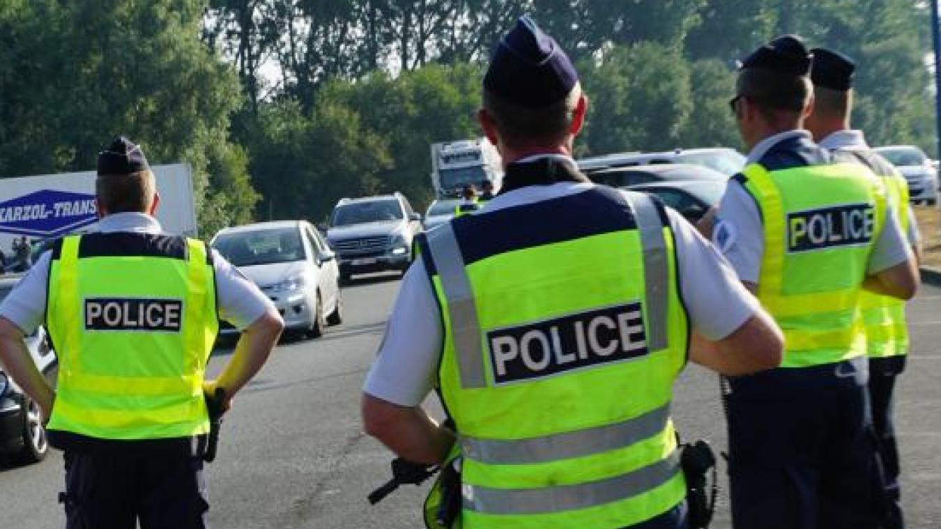 L'automobiliste a pris la route à toute vitesse malgré l'intervention des policiers.
