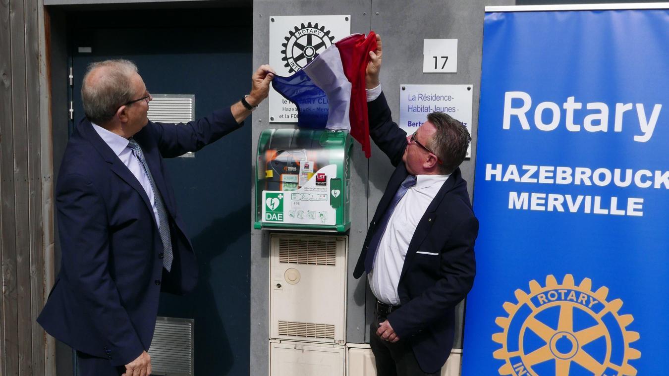 Franck Olivier et Jöel Duyck ont inauguré le nouveau défibrillateur à Merville.