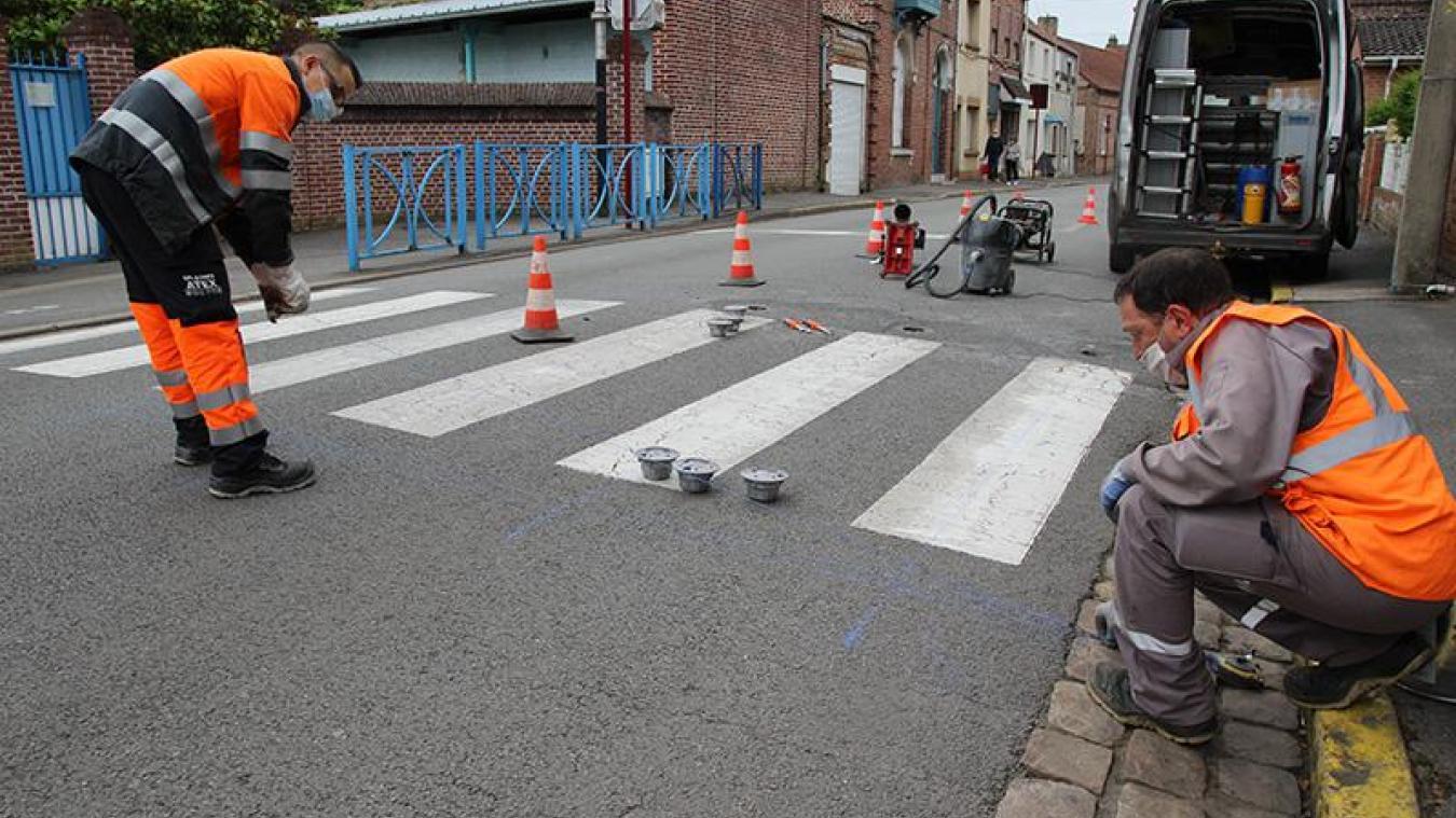 Deux agents du SIVOM ont installé le dispositif devant l'école Jules Ferry.