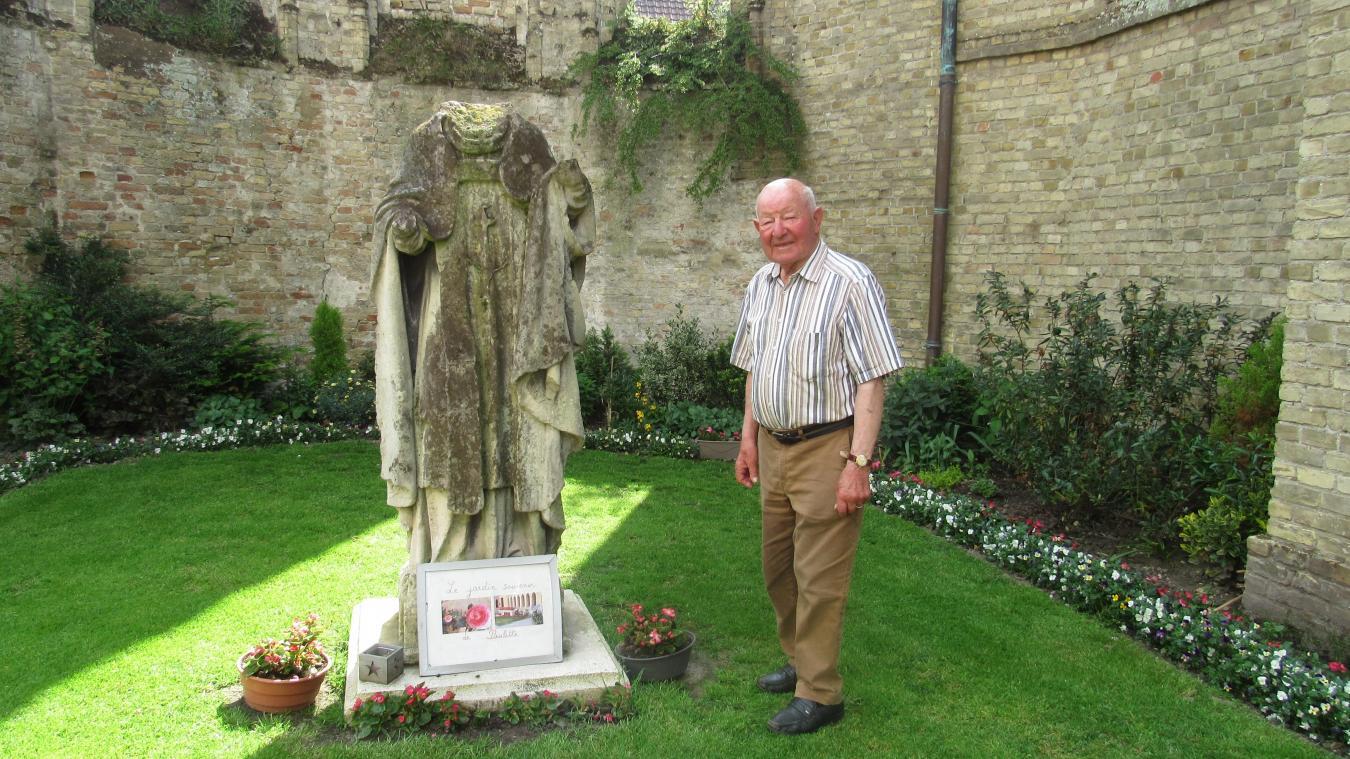 «Monsieur Yves» nous montrant le tableau souvenir de Paulette installé aux pieds de la statue