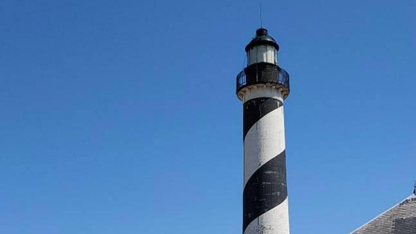 Le phare va, un temps, redevenir entièrement blanc avant d'être repeint.