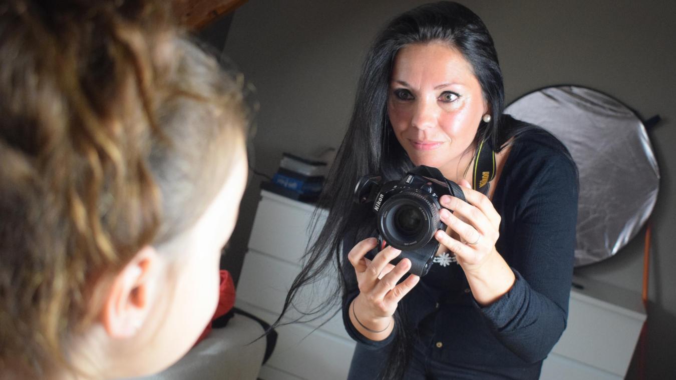 Kelly Bollengier choisit les habits vintage, habille les personnes photographiées, les coiffe... c'est dans la boîte!