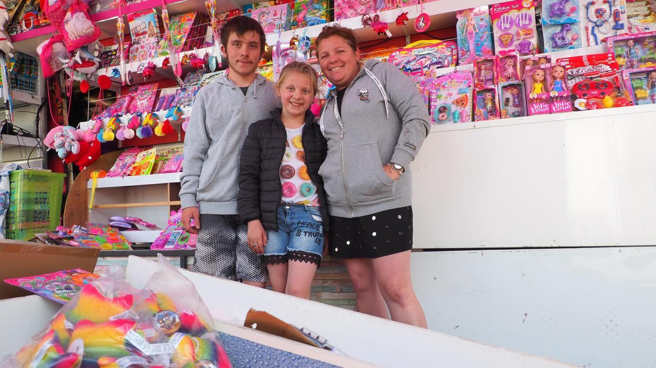 Louis, Julya et Guylaine dans leur stand de la pêche aux canards.